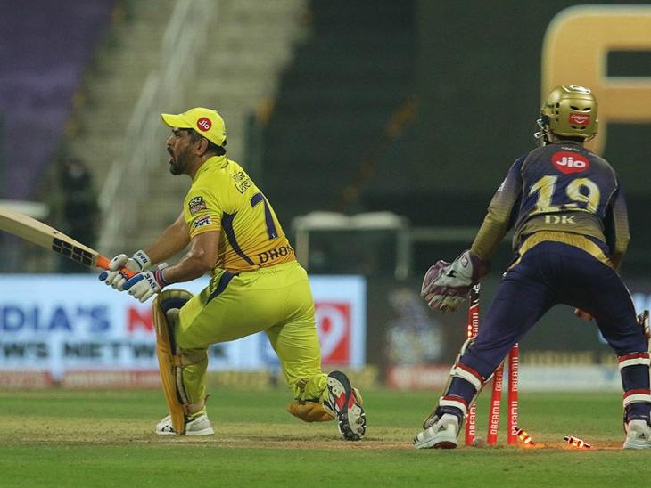 महेंद्र सिंह धोनी को वरुण चक्रवर्ती ने क्लीन बोल्ड किया। धोनी ने 12 बॉल पर 11 रन बनाए।