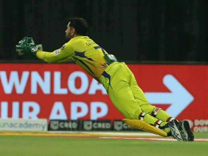 विकेटकीपर महेंद्र सिंह धोनी ने हवा में छलांग लगाकर शिवम मावी का शानदार कैच लपका।