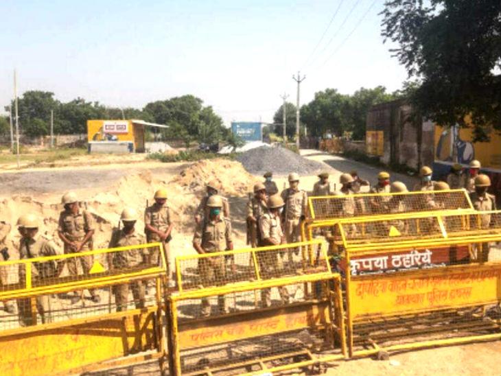 बुलगढ़ी गांव के बाहर पुलिस तैनात है।