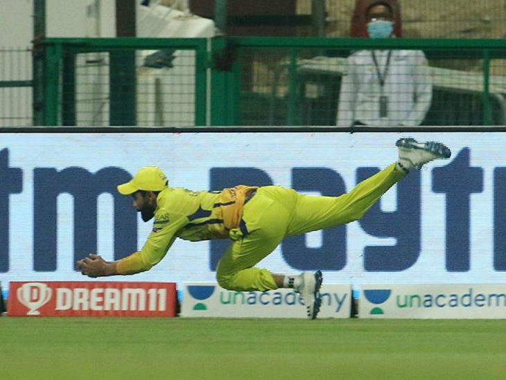 रविंद्र जडेजा ने बाउंड्री पर सुनील नरेन का शानदार कैच लिया।