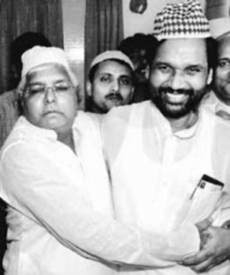 एक इफ्तार पार्टी के दौरान लालू प्रसाद के साथ रामविलास पासवान।