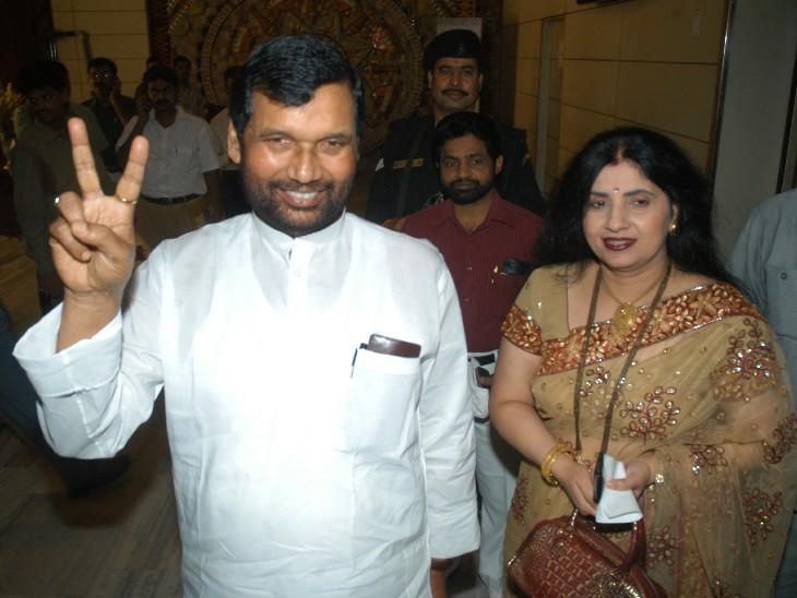चुनाव में जीत मिलने के बाद अपनी पत्नी के साथ रामविलास पासवान।