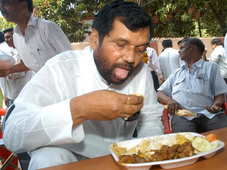 एक चुनाव प्रचार के दौरान भोजन करते रामविलास पासवान।