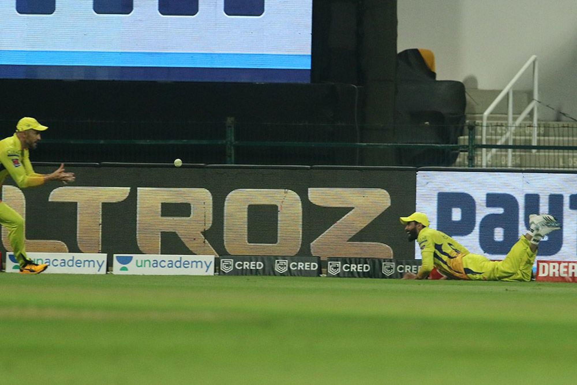 नरेन का कैच लेने के बाद जडेजा बाउंड्री से टकराने वाले थे। तभी उन्होंने बॉल फाफ डु प्लेसिस की ओर फेंकी, जिसे कैच कर लिया गया।