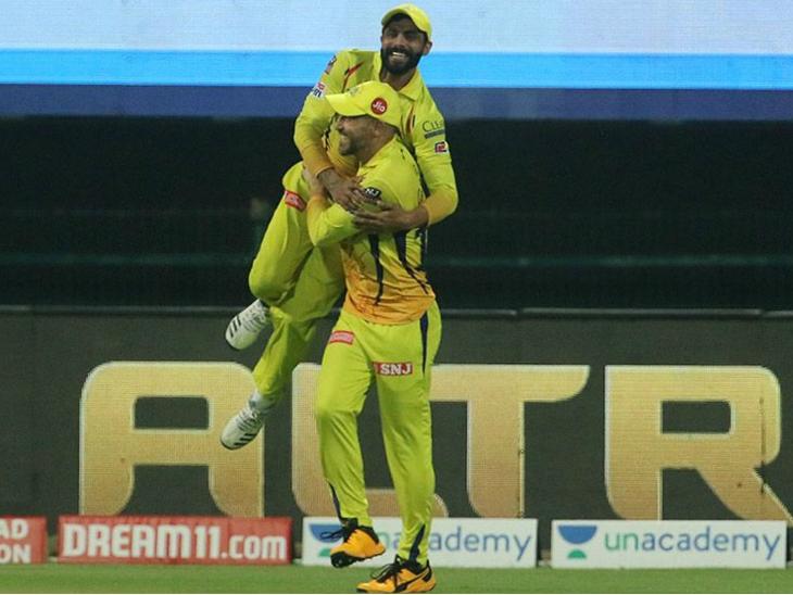 कैच लेने के बाद फाफ डु प्लेसिस और रविंद्र जडेजा कुछ इस तरह खुशी मनाते हुए।