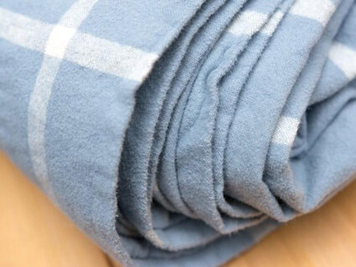 बड़ी वूलन चादरें, कॉटन की तुलना में ज्यादा क्रिस्पी और सॉफ्ट होती हैं। इसलिए ये किसी ठंडे कमरे में भी आपको ठंड से बचाने के लिए सबसे बेहतर साबित हो सकते हैं। इसका एक अच्छा सेट यानी ओढ़ने के लिए चादर और बिछाने के लिए बेड शीट आपको गर्म रखेगा और आपको ओवर-हीटिंग भी महसूस नहीं होगी।