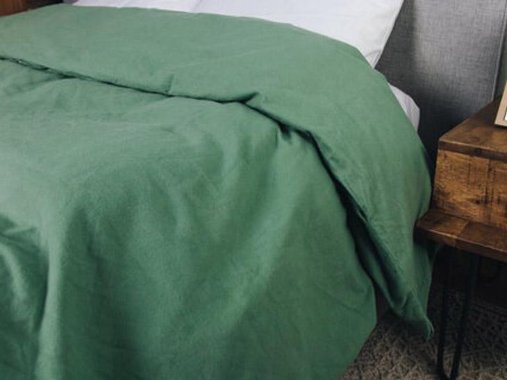 आप अपने बिस्तर पर कवर लगा कर रखें। यह गद्दे और ओढ़ने की चादरों को पसीने और गंदगी से तो बचाता ही है, साथ ही साथ इससे बिस्तर गर्म बना रहता है। ऐसे कवर जो कॉटन से बने होते हैं वे सॉफ्ट भी होते हैं और बिस्तर को गर्म भी बनाये रखते हैं।