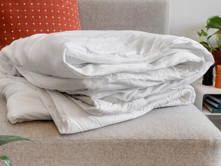 अगर आप ज्यादा सर्दी में अपने बिस्तर को सोने से पहले ही गर्म (प्री-हीट) करना चाहते हैं, तो इसके लिए बाजार में हीटिंग पैड (मेट्रेस हीटिंग पैड) उपलब्ध होते हैं। यह एक अच्छा उपकरण है जो आपके बिस्तर को गर्म करता है। इसकी खासियत है कि यह ऑटो टेम्प्रेचर मैनेज करता है, यानी इससे बिस्तर के जलने का कोई खतरा नहीं होता है।