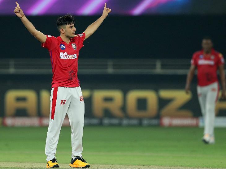 पंजाब के रवि बिश्नोई ने एक ही ओवर में डेविड वॉर्नर और जॉनी बेयरस्टो को आउट कर टीम को थोड़ी राहत दिलाई।