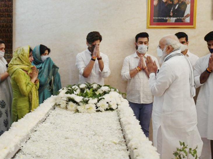 प्रधानमंत्री नरेंद्र मोदी रामविलास पासवान के दिल्ली स्थित घर पहुंचे और उन्हें श्रद्धांजलि दी। वे यहां 15 मिनट रुके।