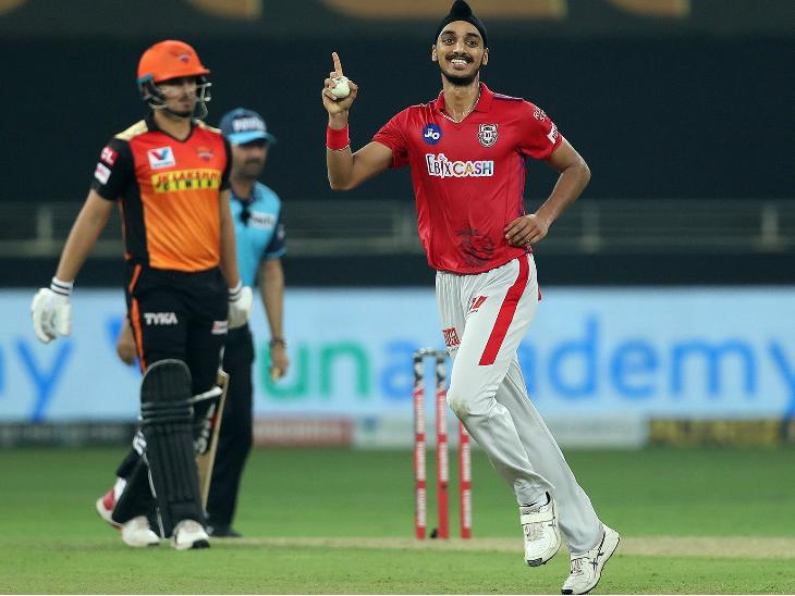 पंजाब के अर्शदीप सिंह ने मैच में 2 विकेट लिए। उन्होंने मनीष पांडे और प्रियम गर्ग को आउट किया।