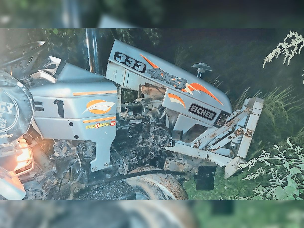 घटनास्थल पर खड़ा क्षतिग्रस्त ट्रैक्टर।