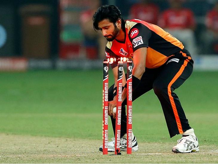 पंजाब की शुरुआत खराब रही। फॉर्म में चल रहे मयंक अग्रवाल हैदराबाद के तेज गेंदबाज खलील अहमद के ओवर में रन आउट हो गए।