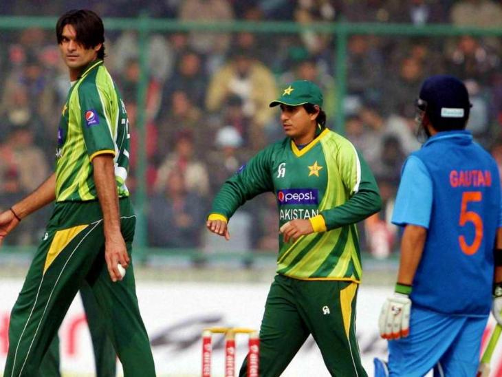 मोहम्मद इरफान (बाएं हाथ में बॉल लिए हुए) ने पाकिस्तान के लिए 60 वनडे खेले और 83 विकेट लिए। कुछ दिनों पहले उन्होंने दावा किया था कि गौतम गंभीर का इंटरनेशनल कॅरियर उनकी वजह से खत्म हुआ। इस दावे का सोशल मीडिया पर काफी मजाक उड़ाया गया था। (फाइल)