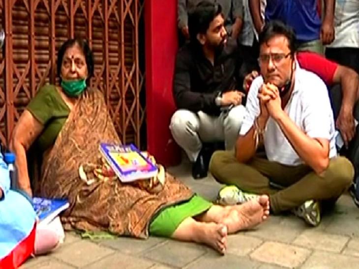 शुक्रवार सुबह शिवसेना और मनसे के नेता महिला को मनाने के लिए दुकान के बाहर पहुंचे थे। - Dainik Bhaskar