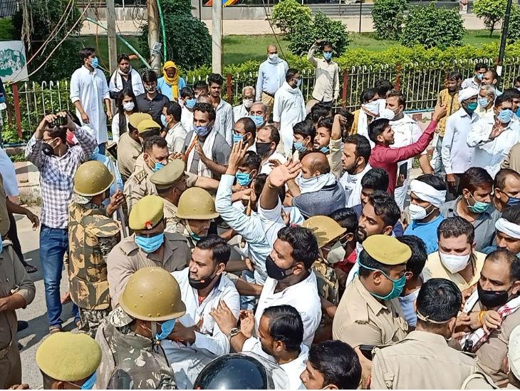 कांग्रेसियों की रिहाई के लिए कार्यकर्ता डीएम आवास का घेराव करने सड़क पर उतरे, पुलिस ने रोका तो धरने पर बैठे उत्तरप्रदेश,Uttar Pradesh - Dainik Bhaskar