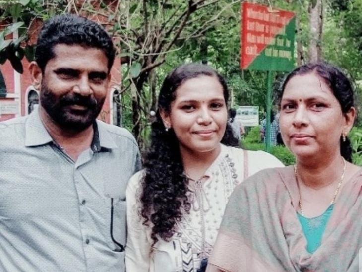 माता-पिता के साथ आरती।