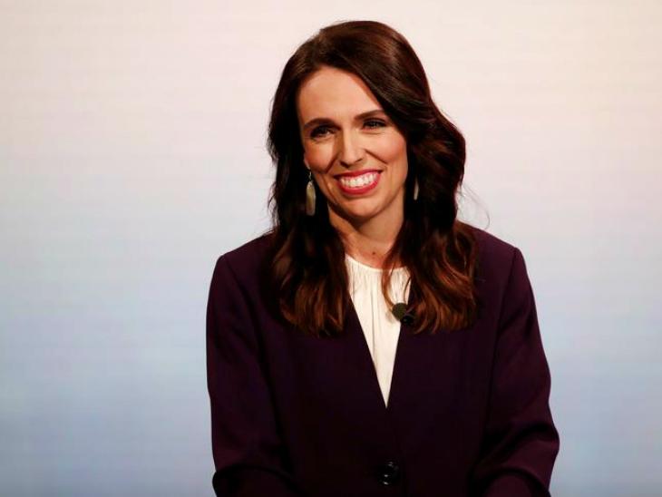 गुरुवार को एक प्रेस कॉन्फ्रेंस के दौरान न्यूजीलैंड की प्रधानमंत्री जेसिंडा अर्डर्न। ब्लूमबर्ग की एक रिपोर्ट में दावा किया गया है कि कोविड-19 संक्रमण को काबू करने में उनकी सरकार ने बेहतरीन काम किया है और इसका फायदा उन्हें चुनाव में मिलना तय है।