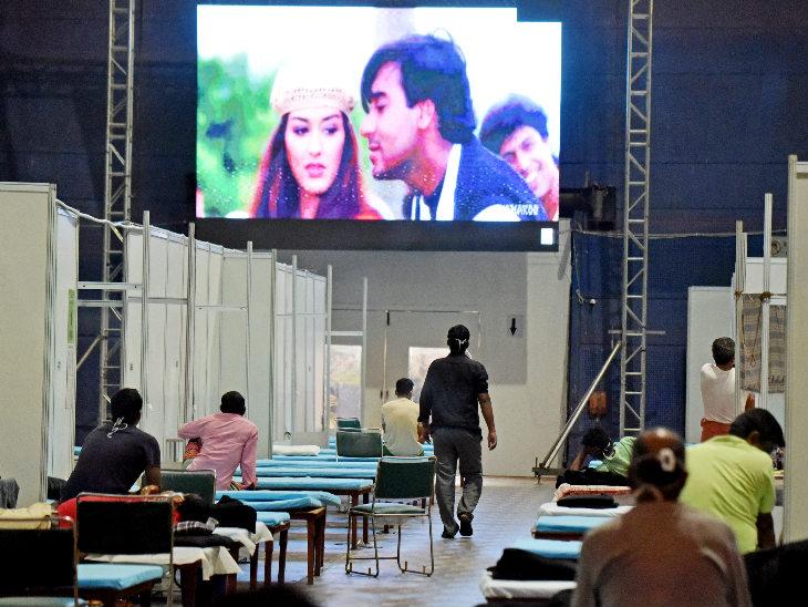 यह फोटो नई दिल्ली के कॉमनवेल्थ गेम्स विलेज मे बने कोविड केयर सेंटर की है। यहां बुधवार को कोरोना मरीज अजय देवगन की एक फिल्म देखते नजर आए। राजधानी में अब तक तीन लाख से ज्यादा मरीज मिल चुके हैं। - Dainik Bhaskar