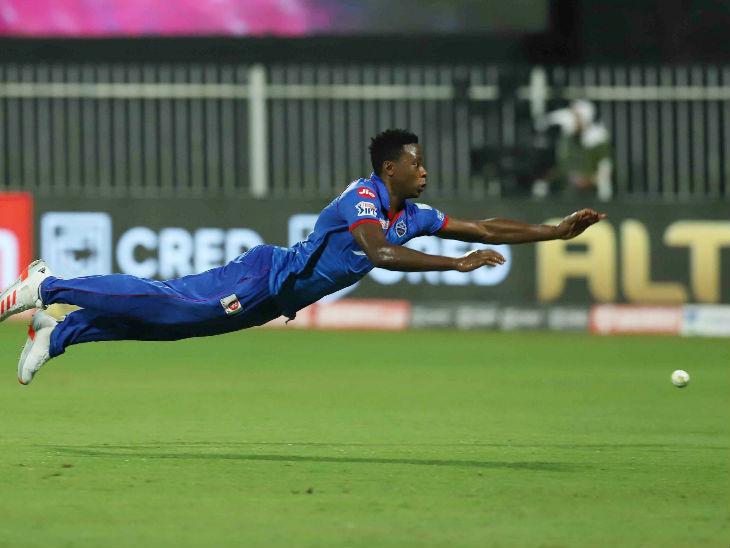 दिल्ली के तेज गेंदबाज कगिसो रबाडा छलांग लगाकर फील्डिंग में रन बचाते हुए। उन्होंने मैच में 35 रन देकर सबसे ज्यादा 3 विकेट भी लिए।