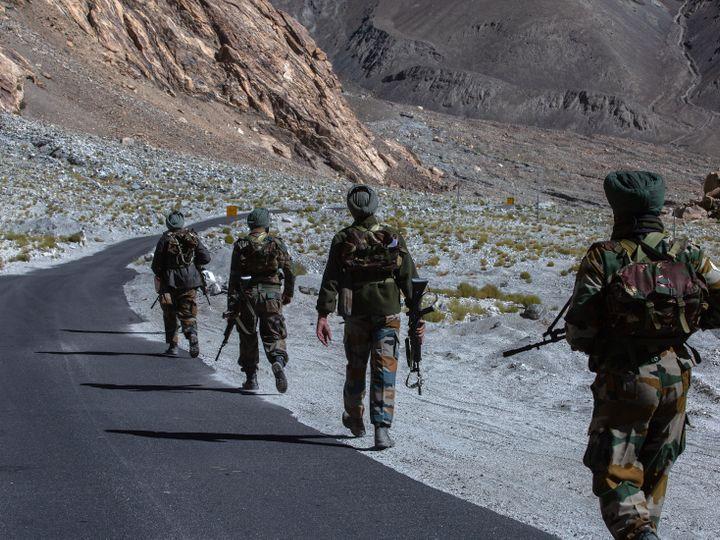 पूर्वी लद्दाख में अप्रैल से ही भारत और चीन के सैनिक आमने-सामने हैं। तनावा कम करने के लिए दोनों देशों के बीच 6 बार बातचीत हुई, लेकिन कोई नतीजा नहीं निकल सका है।- फाइल फोटो - Dainik Bhaskar