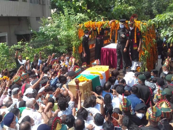 रामविलास पासवान के पार्थिव शरीर को सेना के वाहन पर रखते लोग।