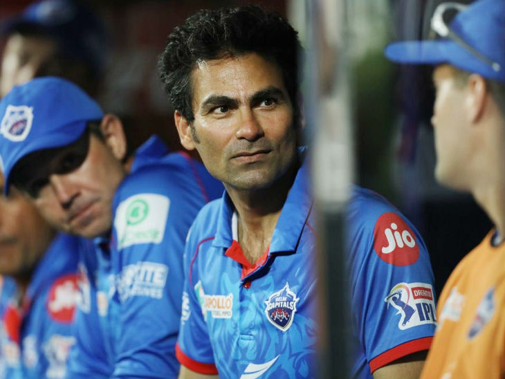 मैच में पकड़ मजबूत देख दिल्ली कैपिटल्स के असिस्टेंट कोच मोहम्मद कैफ और उनके पीछे चीफ कोच और पूर्व ऑस्ट्रेलियाई कप्तान रिकी पोंटिंग।