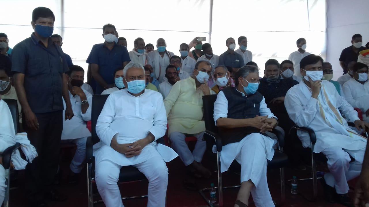 अंतिम संस्कार के मौके पर मौजूद सीएम नीतीश कुमार और डिप्टी सीएम सुशील मोदी।