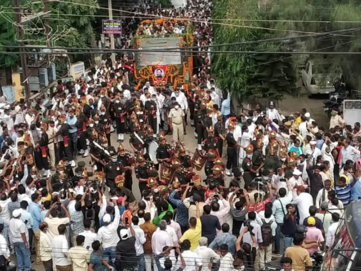 पटना में अपने नेता को अंतिम विदाई देने जुटे लोग।