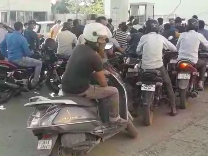 पेट्रोल-डीजल की किल्लत के बाद पेट्रोल पंपों पर भीड़ अचानक से भी बढ़ गई।