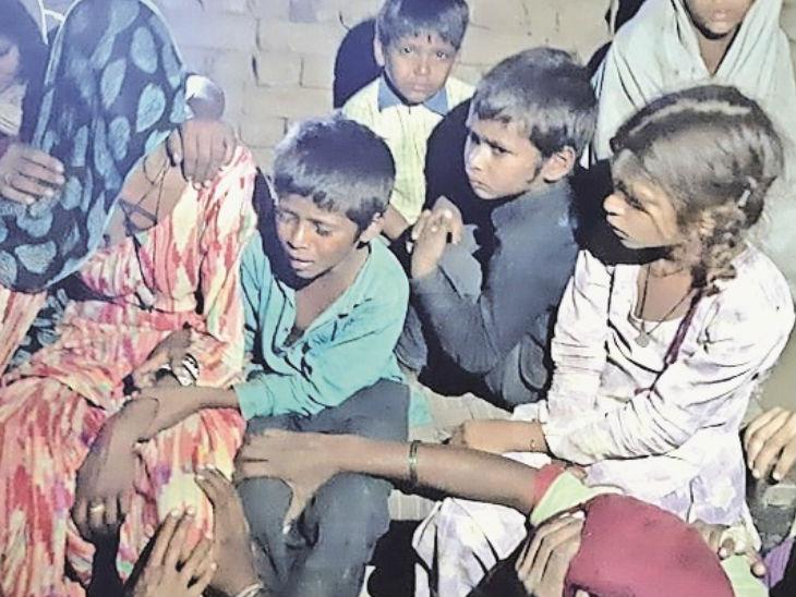 मौत के बाद बिलखता हुआ मृतक रमलू का परिवार। रमलू के 3 बेटे और 3 बेटियां हैं। पिता के जाने के बाद परिवार में मातम पसरा है। - Dainik Bhaskar