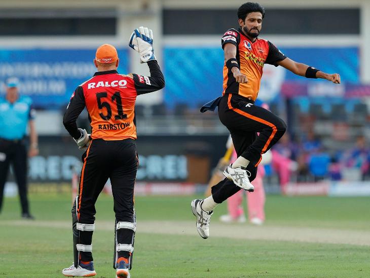हैदराबाद के खलील अहमद ने राजस्थान के दोनों ओपनर्स को आउट किया।