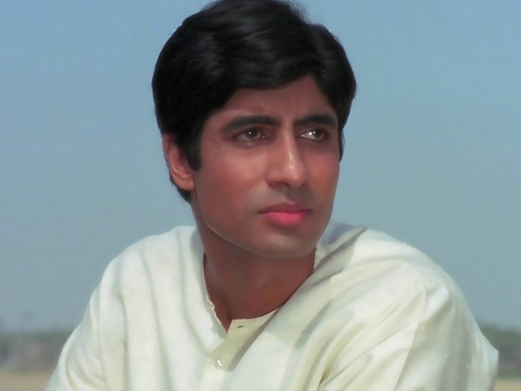 Amitabh Bachchan in a scene from the movie 'Anand'.  For this film, he received his first Filmfare Award for Best Supporting Actor.