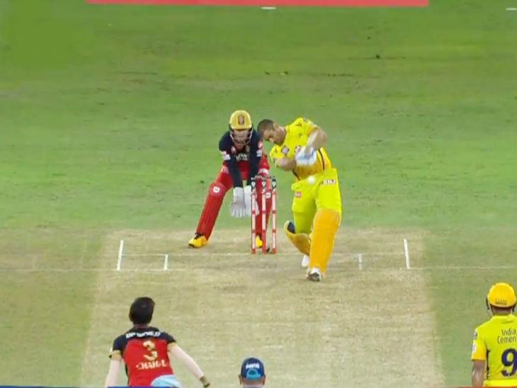 महेंद्र सिंह धोनी ने मैच में एक ही छक्का लगाया। उन्होंने इंटरनेशनल, आईपीएल और घरेलू क्रिकेट में अब तक 323 टी-20 खेले, जिसमें 300 सिक्स लगाए। वे इस मामले में रोहित शर्मा (375) और सुरेश रैना (311) के बाद तीसरे भारतीय बन गए हैं।