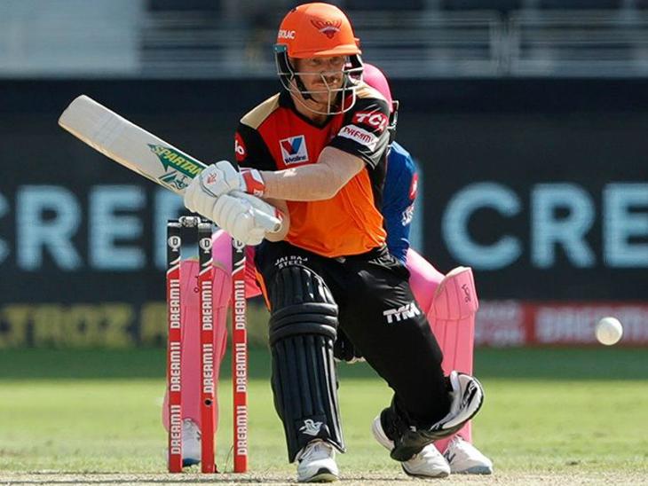 हैदराबाद के कप्तान डेविड वॉर्नर ने शानदार 48 रन की पारी खेली। वॉर्नर आईपीएल में सबसे ज्यादा फिफ्टी लगाने वाले बल्लेबाज हैं।