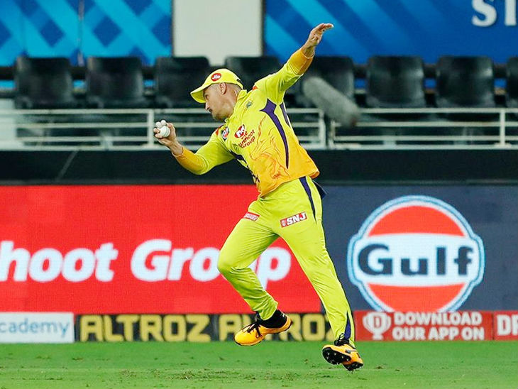चेन्नई के फाफ डु प्लेसिस ने बेंगलुरु के ओपनर देवदत्त पडिक्कल का शानदार कैच लपका।