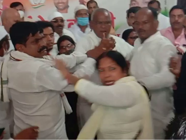 महिला कार्यकर्ता ने रेपिस्ट कहकर उप चुनाव उम्मीदवार का विरोध किया, कार्यकर्ताओं ने की पिटाई, भाजपा ने कहा- अब कहां गया मोमबत्ती गैंग|उत्तरप्रदेश,Uttar Pradesh - Dainik Bhaskar