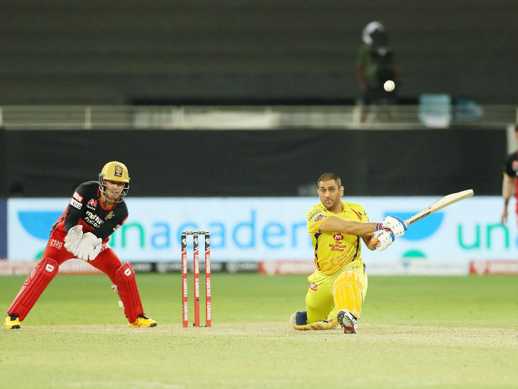 दूसरा छक्का लगाने के चक्कर में धोनी आउट हुए। बाउंड्री पर उनका कैच गुरकीरत सिंह ने लिया।