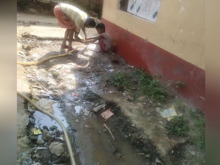 गांव में नल जल योजना के तहत पानी तो आ गया है, लेकिन कोई रखरखाव नहीं है, भारी मात्रा में पानी व्यर्थ ही बह जा रहा है।