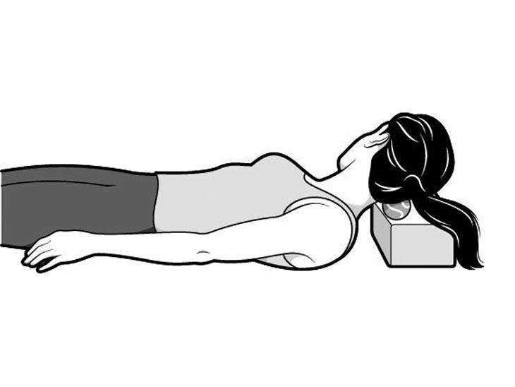 इस तकनीक से आप गले के दर्द से छुटकारा पा सकते हैं। इससे नींद पर काफी फर्क पड़ता है। सोने की मुद्रा में आकर एक पतले तकिए को अपने सिर के नीचे रख लें। गले और तकिये के बीच थोड़ी सी जगह बनाएं और फिर उसमें एक गेंद रखें। प्रयास करें की गेंद बाहर न निकल सके। अपने गले को हलका दाहिने और बायें तरफ हिलाएं। सिर को सीधा करें और गले के नीचे रखी बॉल पर अपना गला रोल करने की कोशिश करें।