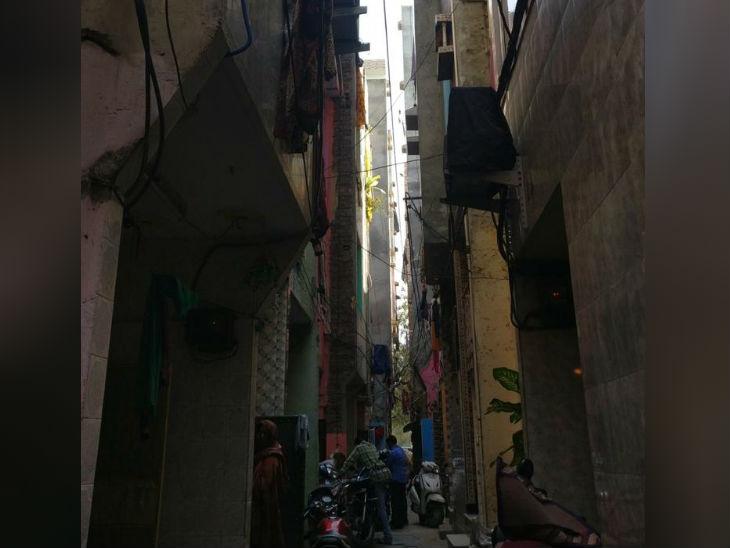 दिल्ली के शकूरपुर इलाके की झुग्गी-झोपड़ी कॉलोनी की संकरी गली में पीड़िता का मकान है।