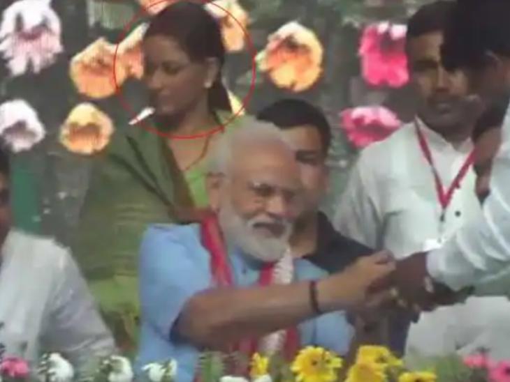 तस्वीर 2 अप्रैल 2019 की है, जब मोदी बिहार के गया में चुनावी रैली करने गए थे। उनके ठीक पीछे मनोरमा देवी बैठी थीं।