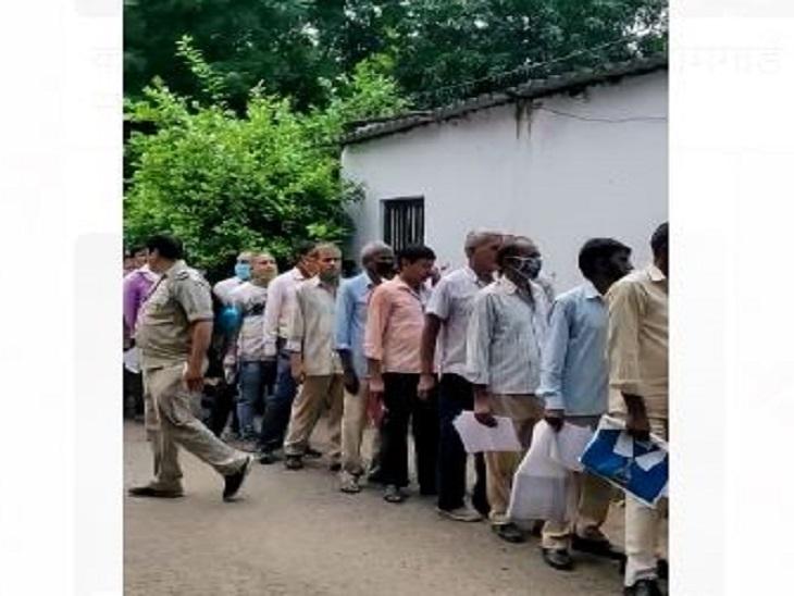 स्वास्थ्य परीक्षण के लिए आए इन जवानों के खड़े होने के लिए घेरा भी बनाया जाना था, जोकि नदारद था।