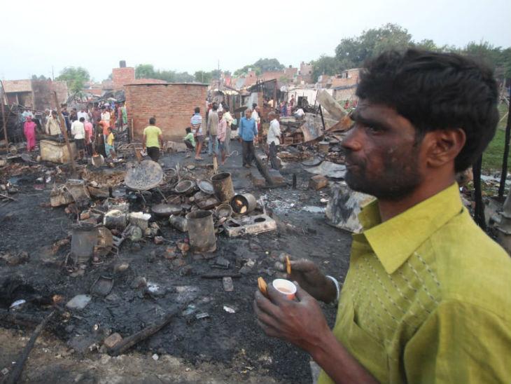 अग्निकांड में लोगों के घरों में रखी गृहस्थी जलकर राख हो गई।