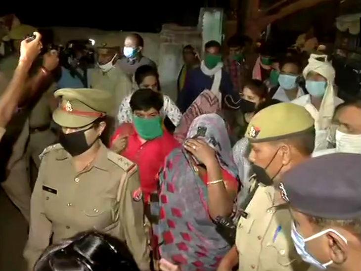 यह फोटो हाथरस की है। सुबह कड़ी सुरक्षा के बीच परिवार को लखनऊ लाया गया फिर ये से गांव ले जाया गया।