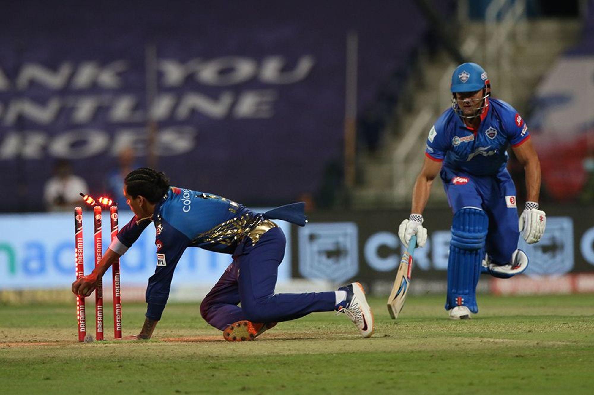 मुंबई इंडियंस के स्पिनर राहुल चाहर ने दिल्ली के बल्लेबाज मार्कस स्टोइनिस को रनआउट किया।