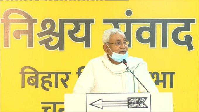 मुख्यमंत्री ने इस दौरान बिना नाम लिए नेता प्रतिपक्ष तेजस्वी यादव के रोजगार देने के वादे पर व्यंग किया।