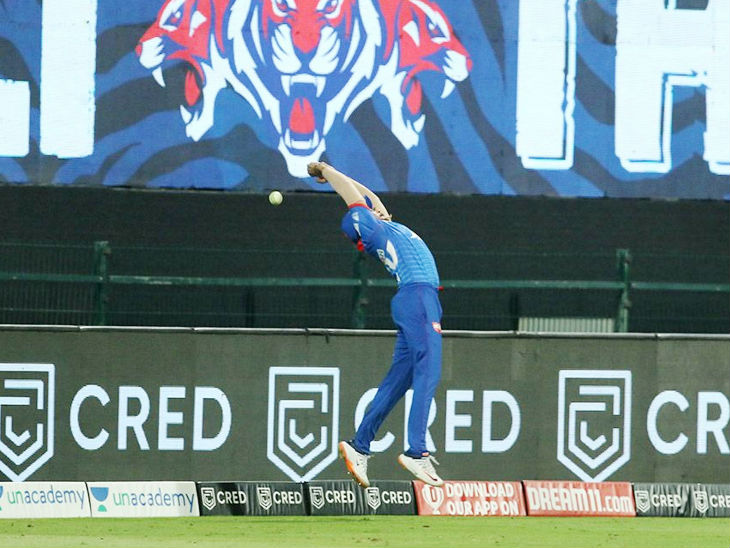 दिल्ली के पृथ्वी शॉ ने बाउंड्री पर मुंबई इंडियंस के ईशान किशन का छलांग लगाकर कैच लेने की नाकाम कोशिश की।