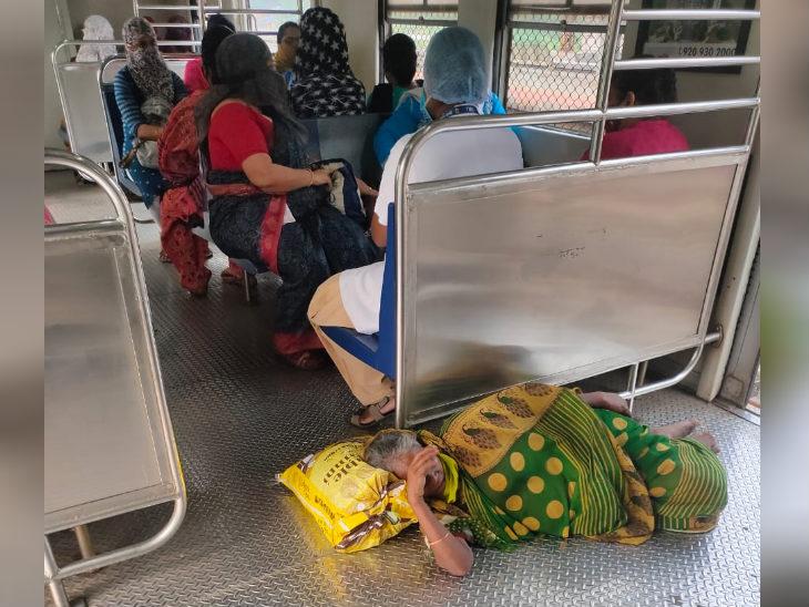 फोटो मुंबई की लोकल ट्रेन की है। ट्रेन रुकने के चलते एक बुुजुर्ग महिला ट्रेन में ही सो गई। मुंबई रीजन में बिजली आपूर्ति रुकने का सीधा असर लोकल ट्रेनों पर पड़ा।