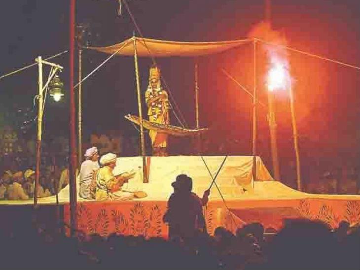 यह फोटो रामलीला की है। इसे देखने के लिए लाखों लोग आते थे।- फाइल फोटो
